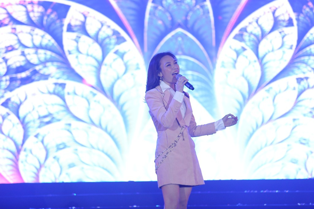 Hà Anh Tuấn khiến khán giả vỡ òa khi bất ngờ xuất hiện trên sân khấu không báo trước - Ảnh 4.