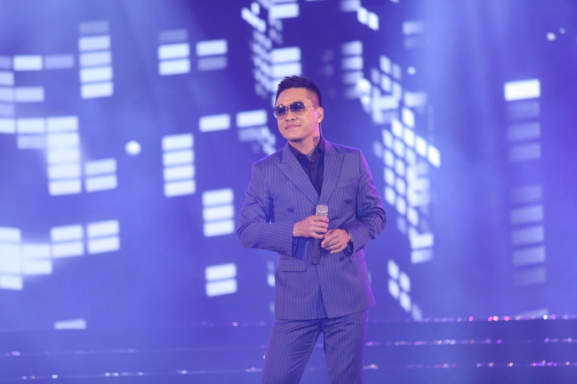 Hà Anh Tuấn khiến khán giả vỡ òa khi bất ngờ xuất hiện trên sân khấu không báo trước - Ảnh 11.