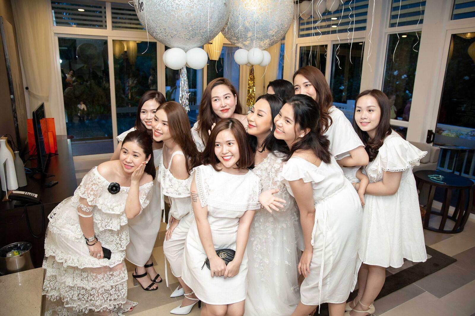 Trước giờ G cử hành hôn lễ, nhà văn Gào chia sẻ những hình ảnh về tiệc chia tay thời độc thân cùng dàn phù dâu xinh đẹp - Ảnh 15.
