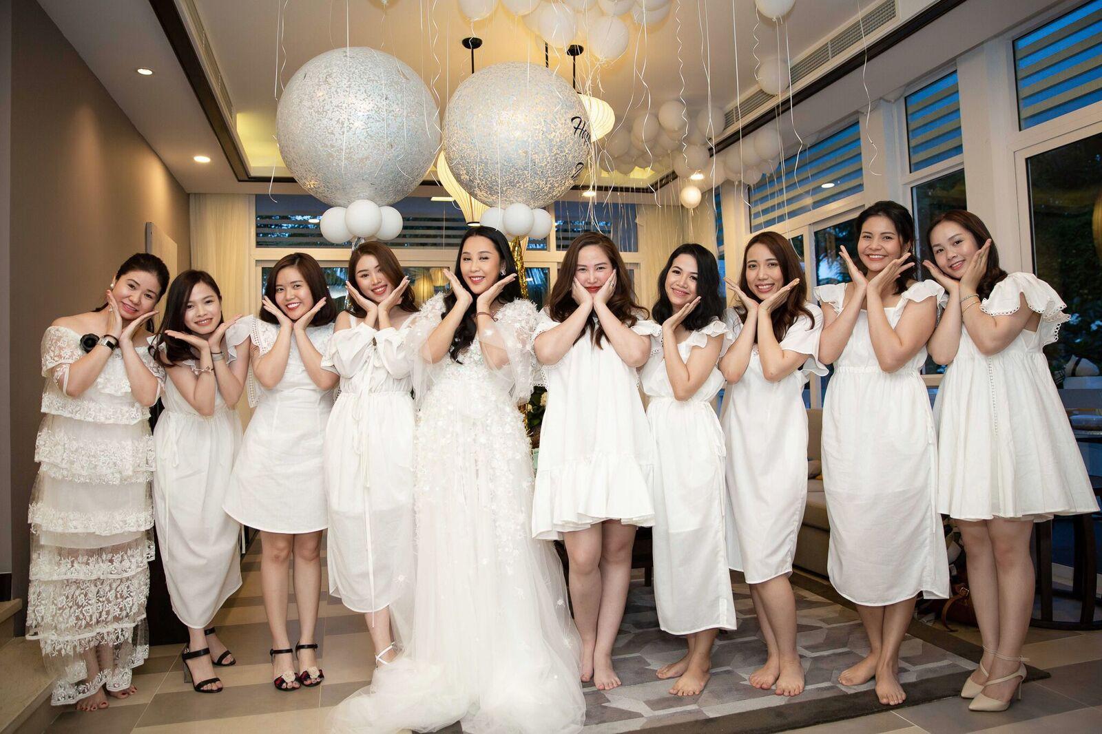 Trước giờ G cử hành hôn lễ, nhà văn Gào chia sẻ những hình ảnh về tiệc chia tay thời độc thân cùng dàn phù dâu xinh đẹp - Ảnh 4.