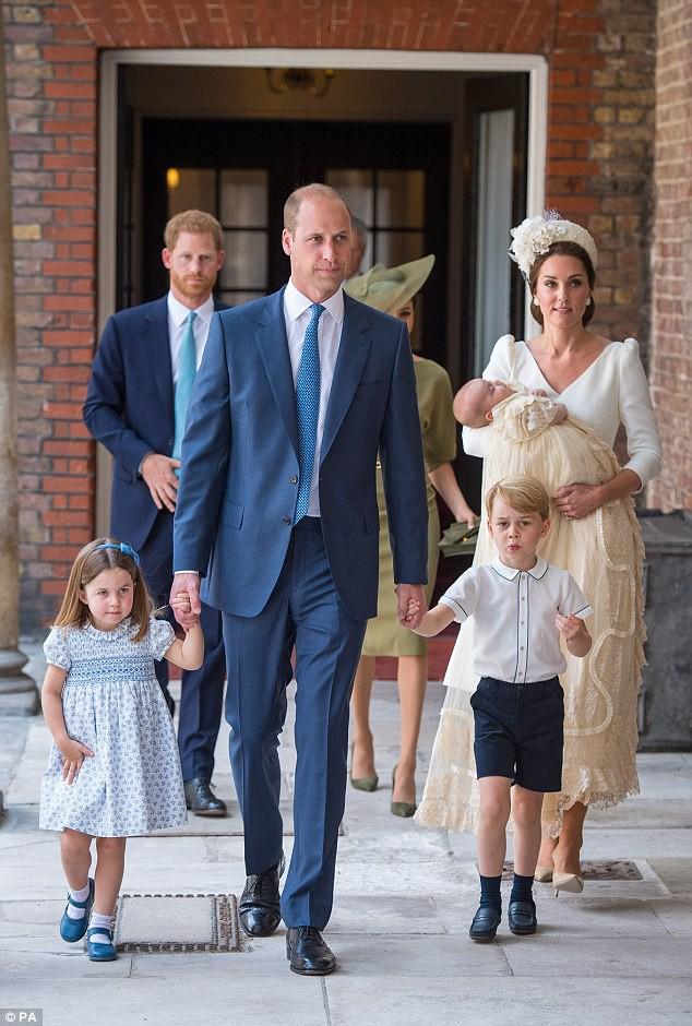 Điểm đặc biệt trong trang phục mà Công nương Kate và Hoàng tử út Louis diện trong buổi lễ rửa tội  - Ảnh 1.