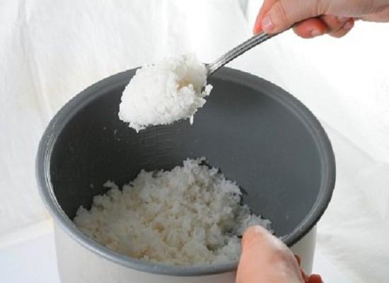 Bảo quản cơm nguội như thế này rồi hâm nóng lại để ăn có thể dẫn đến tiêu chảy, ngộ độc thực phẩm - Ảnh 3.