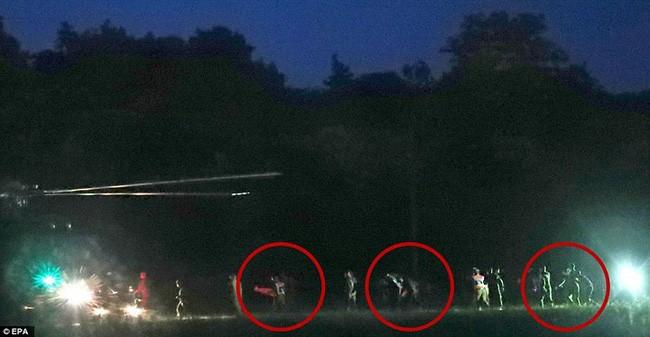 Đội bóng Thái mắc kẹt: thêm 4 cậu bé được đưa ra ngoài, khép lại ngày giải cứu thứ 2  - Ảnh 27.