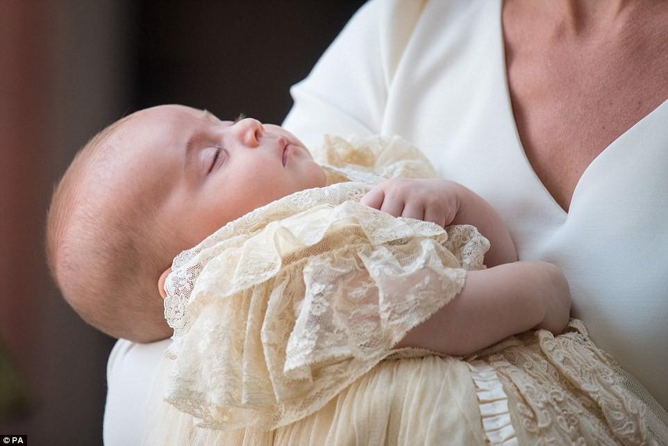 Điểm đặc biệt trong trang phục mà Công nương Kate và Hoàng tử út Louis diện trong buổi lễ rửa tội  - Ảnh 3.