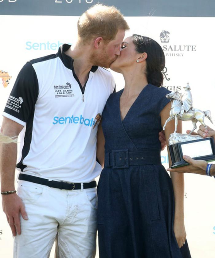 Lý do thực sự đằng sau việc vợ chồng William - Kate hiếm khi thể hiện tình cảm nồng nhiệt nơi đông người so với cặp đôi Harry - Meghan - Ảnh 1.