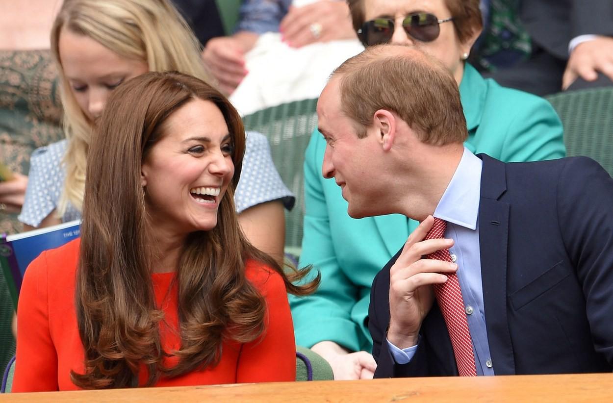 Lý do thực sự đằng sau việc vợ chồng William - Kate hiếm khi thể hiện tình cảm nồng nhiệt nơi đông người so với cặp đôi Harry - Meghan - Ảnh 2.