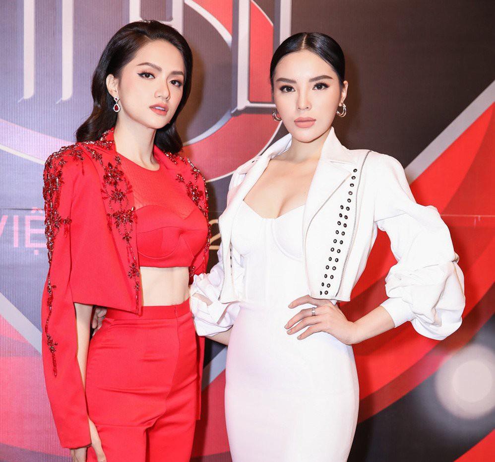 Kỳ Duyên - Hương Giang bị chê bai không đủ năng lực ngồi ghế HLV Siêu mẫu Việt Nam 2018 - Ảnh 1.