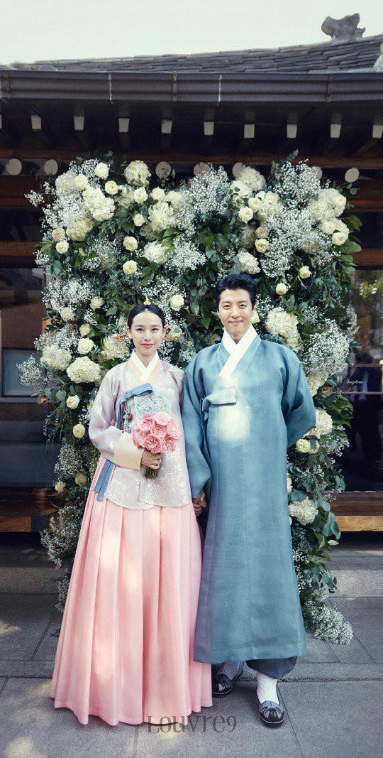 1 năm sau cưới, cặp đôi Lee Dong Gun và Jo Yoon Hee cuối cùng đã lộ diện bên con đầu lòng - Ảnh 2.