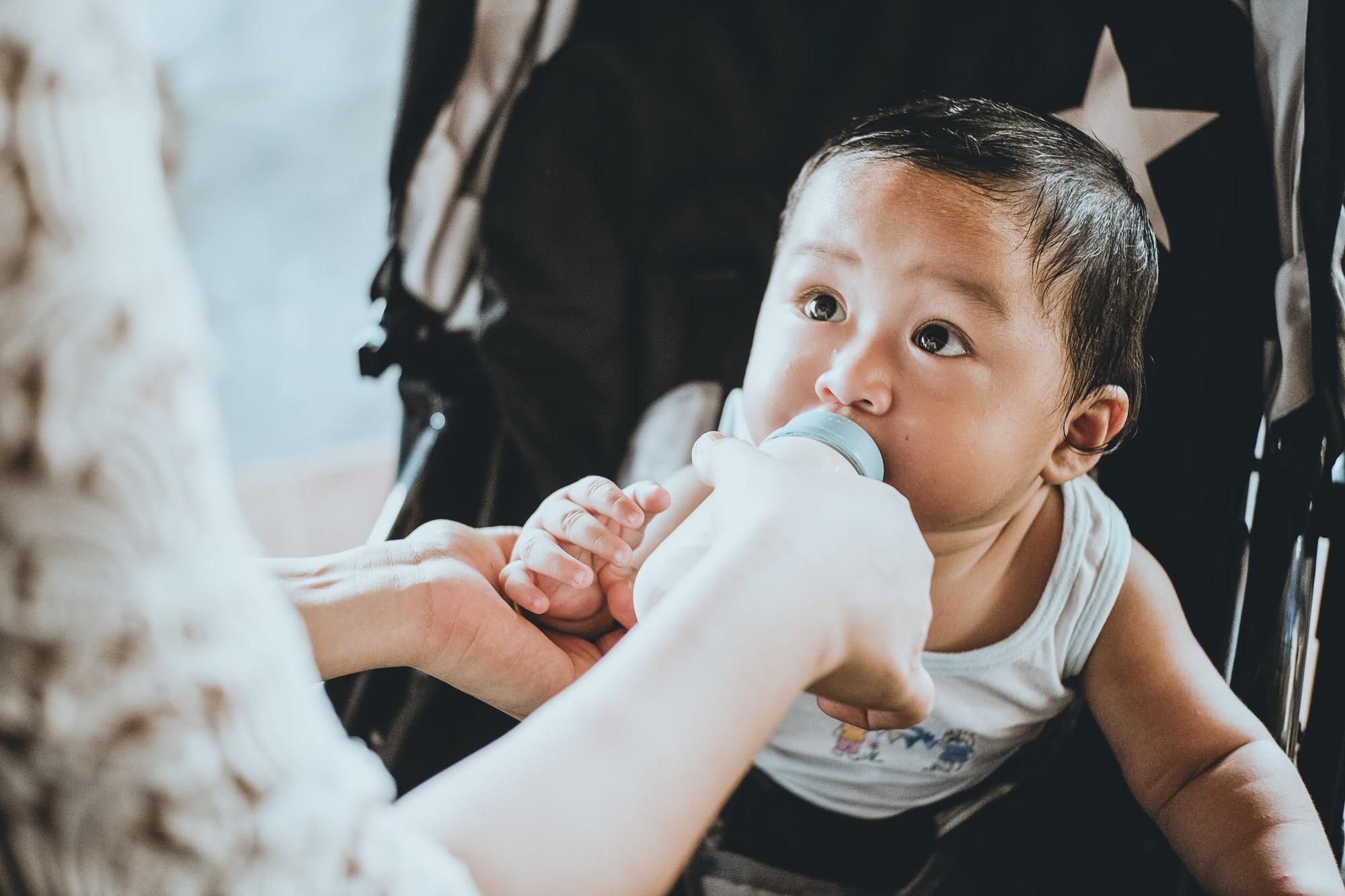 Hiệp hội Nhi khoa Mỹ cảnh báo cha mẹ bỏ ngay kiểu hâm nóng sữa và thức ăn cho trẻ bằng vật dụng này  - Ảnh 2.
