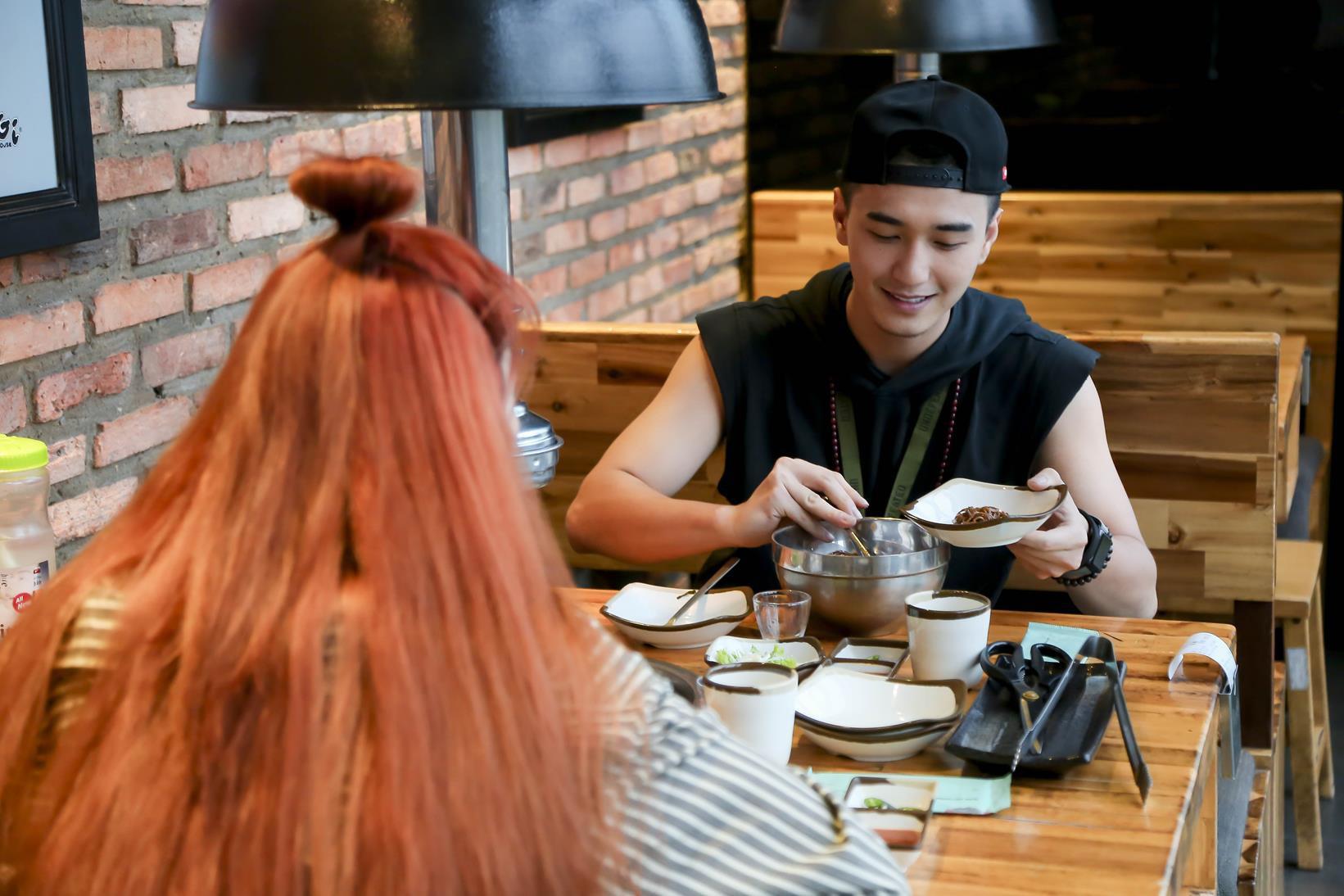 Vừa mới công khai bạn gái, Huỳnh Anh đã vui vẻ đi ăn với người đẹp khác - Ảnh 4.