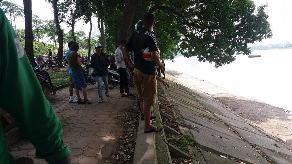 Hà Nội: Người dân hiếu kì xem thi thể một phụ nữ nổi trên hồ Linh Đàm - Ảnh 1.