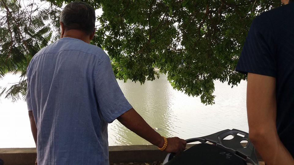 Hà Nội: Người dân hiếu kì xem thi thể một phụ nữ nổi trên hồ Linh Đàm - Ảnh 2.
