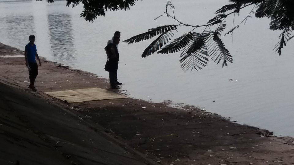 Hà Nội: Người dân hiếu kì xem thi thể một phụ nữ nổi trên hồ Linh Đàm - Ảnh 3.