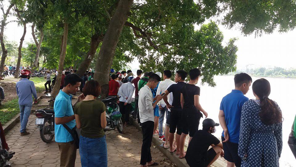 Hà Nội: Người dân hiếu kì xem thi thể một phụ nữ nổi trên hồ Linh Đàm - Ảnh 4.