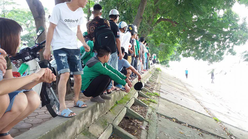 Hà Nội: Người dân hiếu kì xem thi thể một phụ nữ nổi trên hồ Linh Đàm - Ảnh 6.