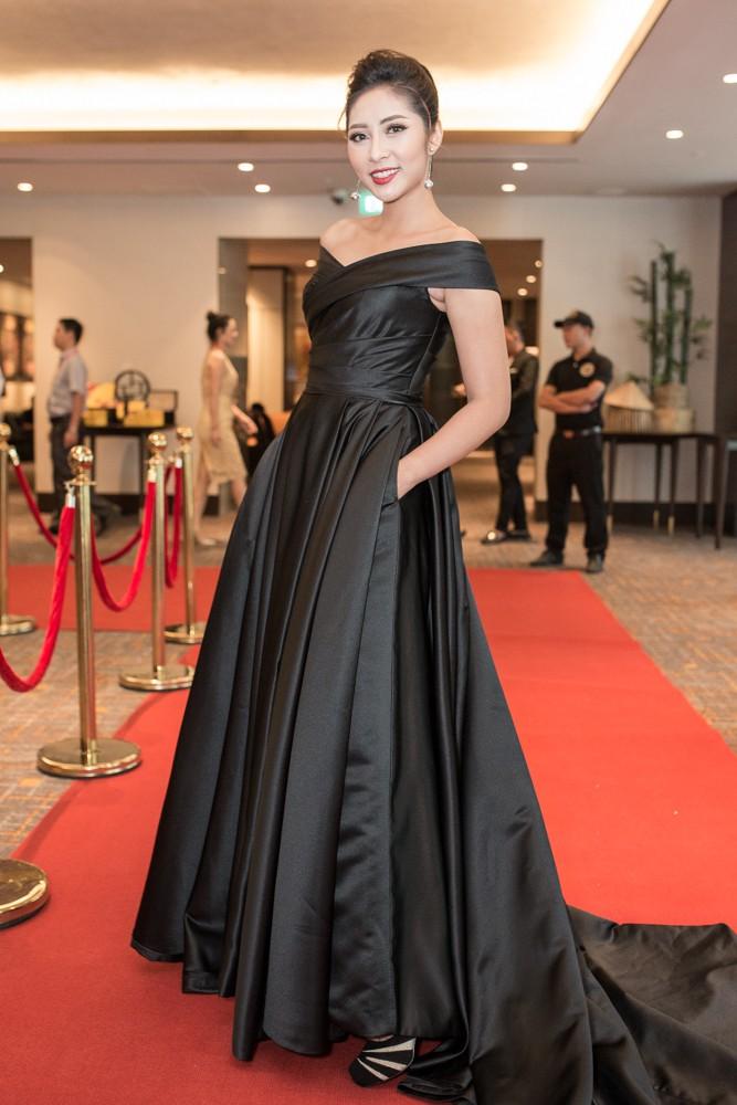 Lại Thanh Hương khoe ngực đầy, Hoa hậu Dương Đặng Thu Thảo huyền bí với váy đen - Ảnh 1.