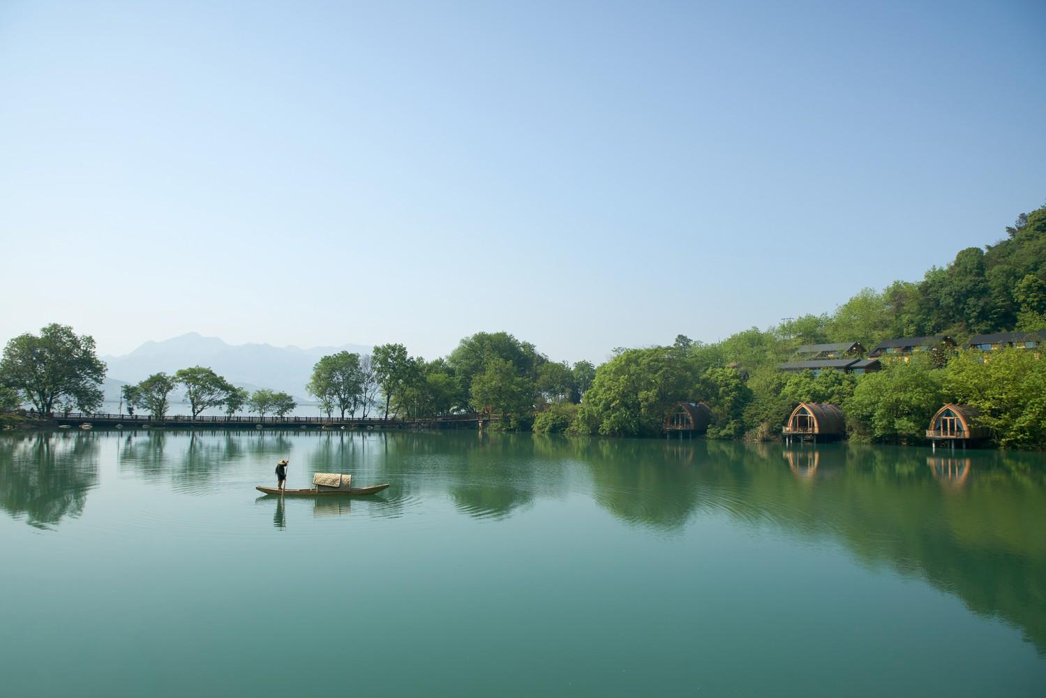 Ngắm ngôi nhà thuyền ven sông đẹp như một bức tranh thủy mặc - Ảnh 2.