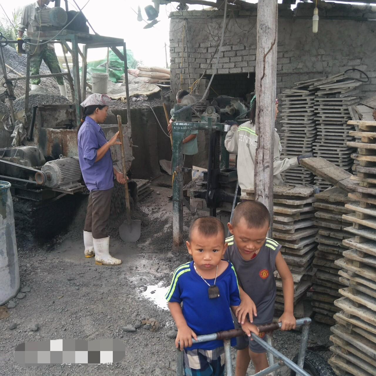 Xót cảnh hai đứa trẻ mồ côi cha hàng ngày theo mẹ đi phu gạch kiếm sống - Ảnh 1.