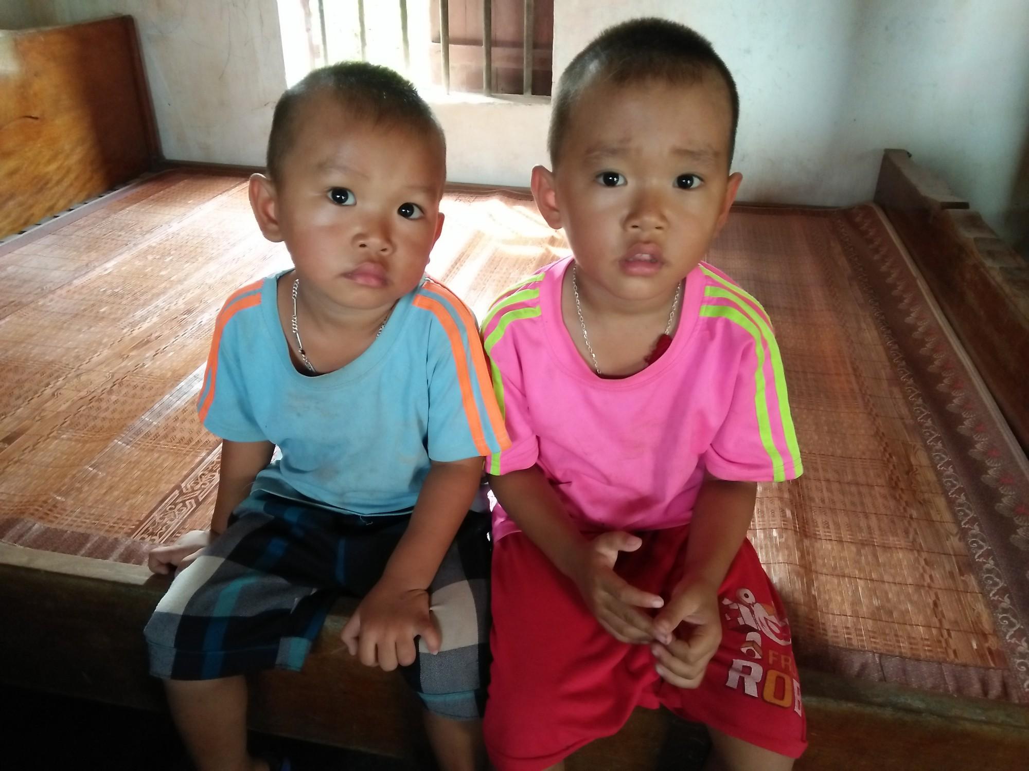 Xót cảnh hai đứa trẻ mồ côi cha hàng ngày theo mẹ đi phu gạch kiếm sống - Ảnh 2.