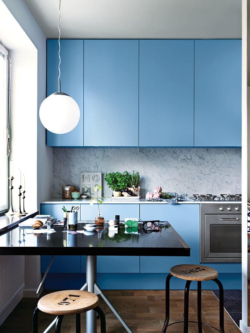 2 căn bếp nhỏ hiện đại và đẹp bất ngờ với tone màu xanh nhạt  - Ảnh 2.