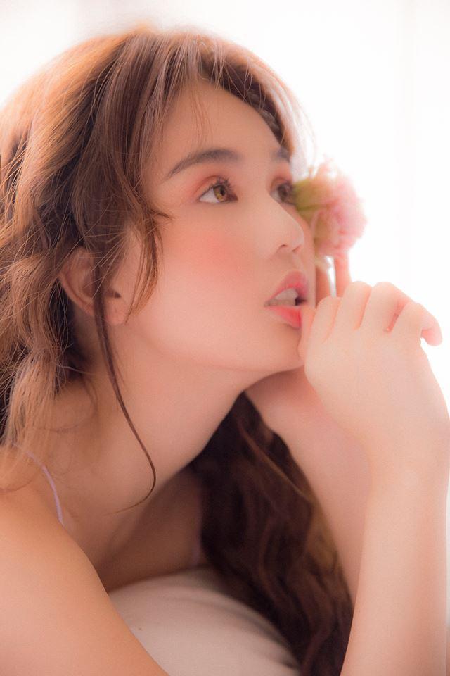 Sau bao ngày im ắng, Ngọc Trinh bất ngờ tái xuất với bộ ảnh nội y khoe đường cong sexy - Ảnh 3.