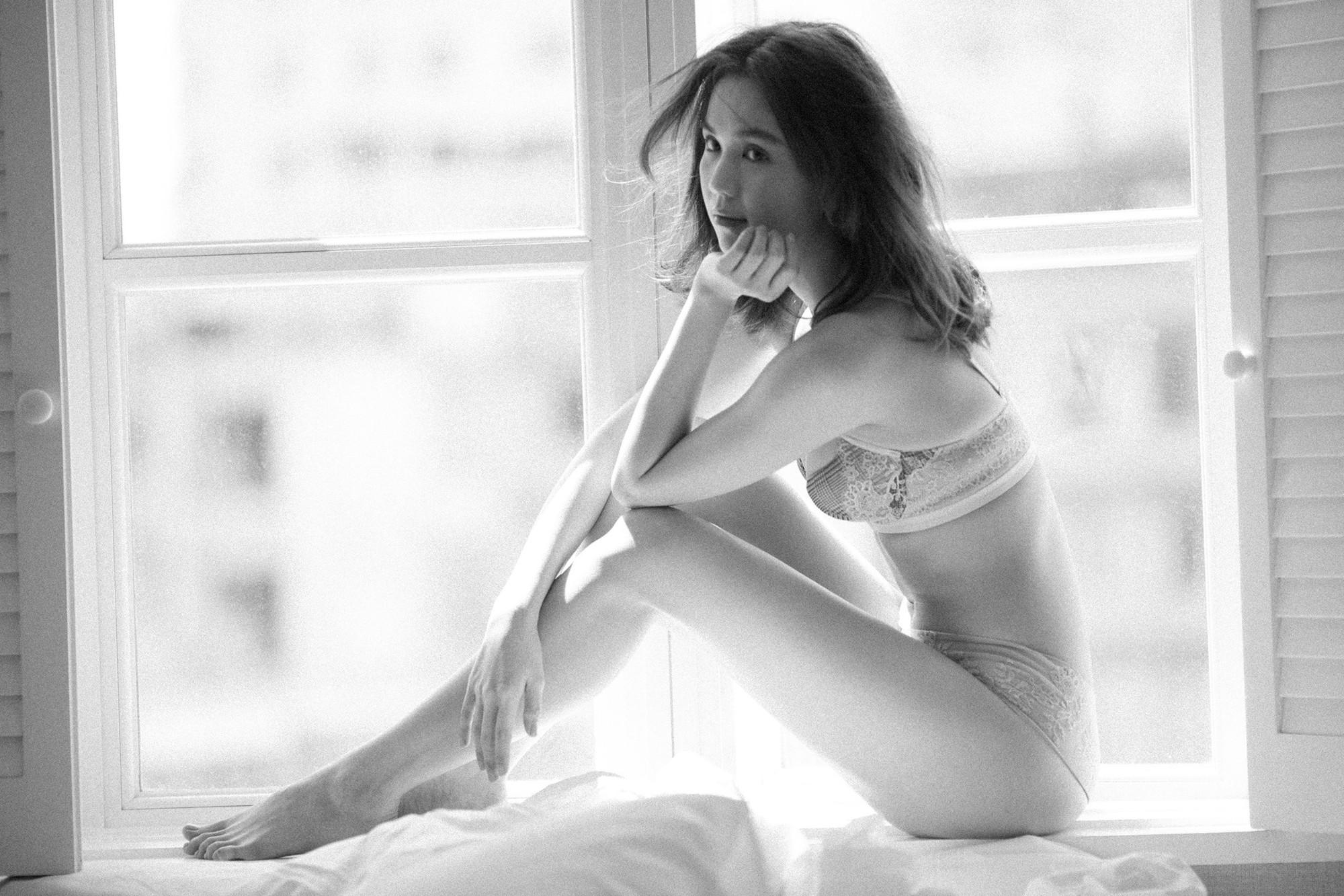 Sau bao ngày im ắng, Ngọc Trinh bất ngờ tái xuất với bộ ảnh nội y khoe đường cong sexy - Ảnh 9.