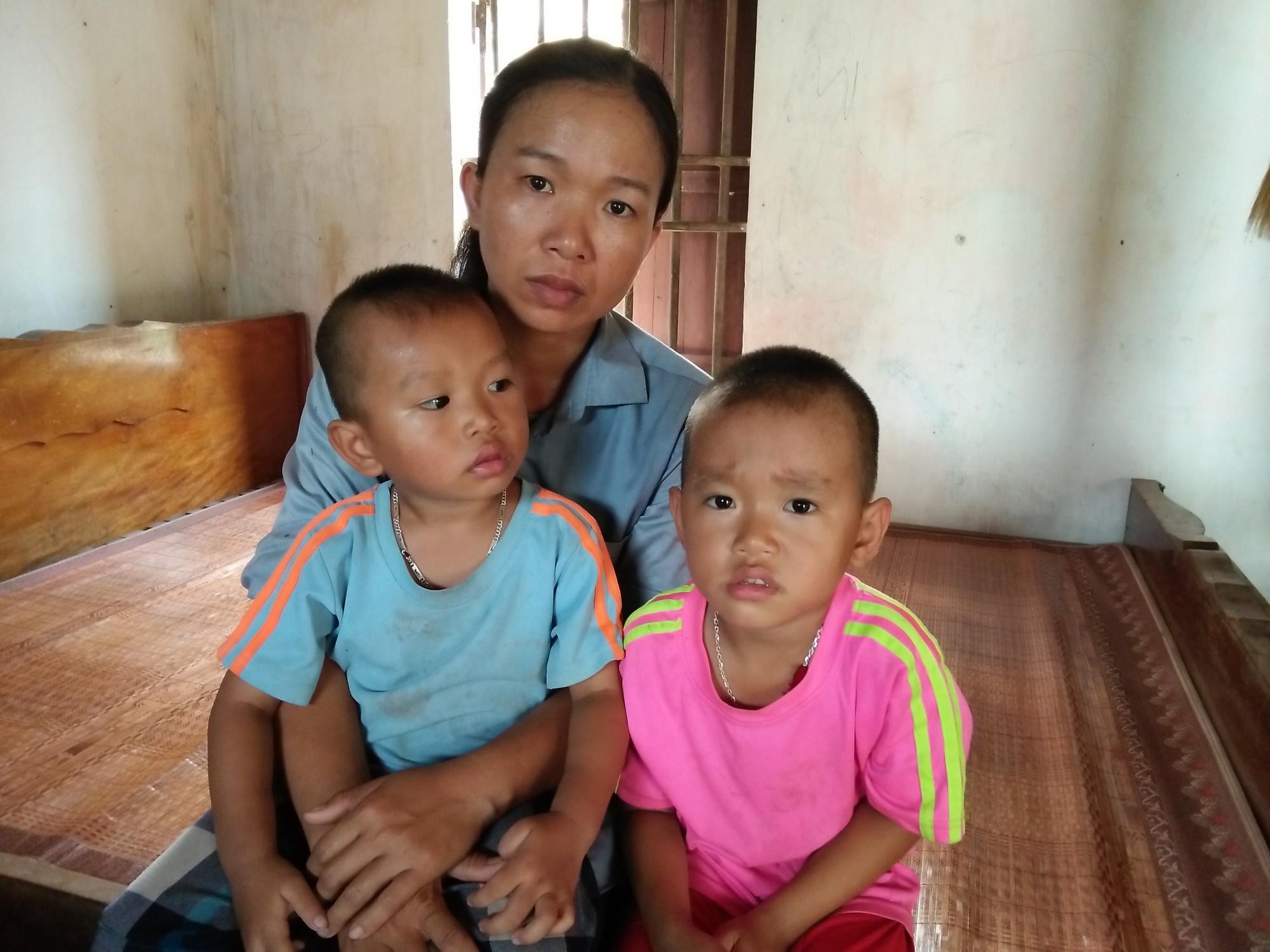 Xót cảnh hai đứa trẻ mồ côi cha hàng ngày theo mẹ đi phu gạch kiếm sống - Ảnh 3.