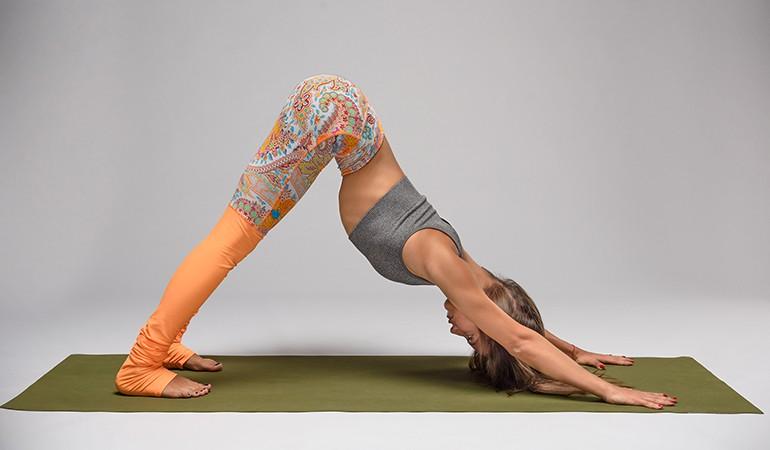 Ngay từ tối nay tập ngay 8 tư thế yoga này để sở hữu bụng phẳng, eo thon săn chắc - Ảnh 1.