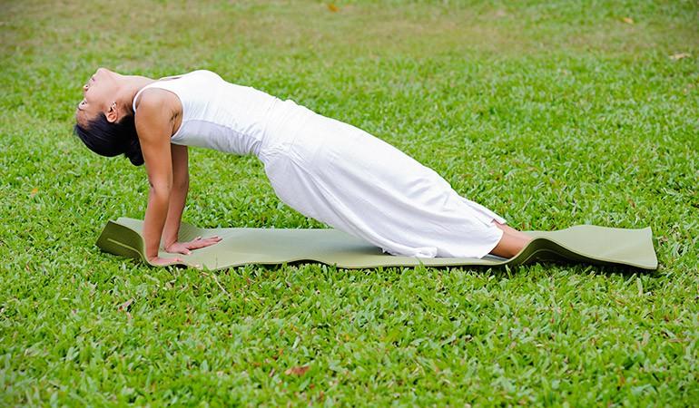 Ngay từ tối nay tập ngay 8 tư thế yoga này để sở hữu bụng phẳng, eo thon săn chắc - Ảnh 3.
