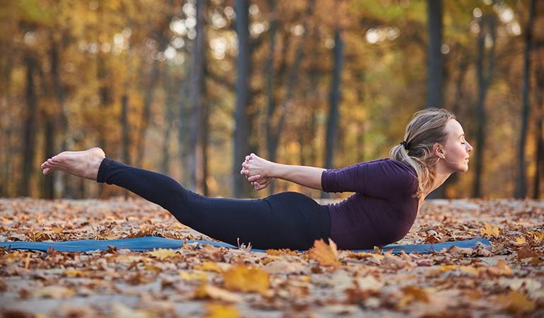 Ngay từ tối nay tập ngay 8 tư thế yoga này để sở hữu bụng phẳng, eo thon săn chắc - Ảnh 9.