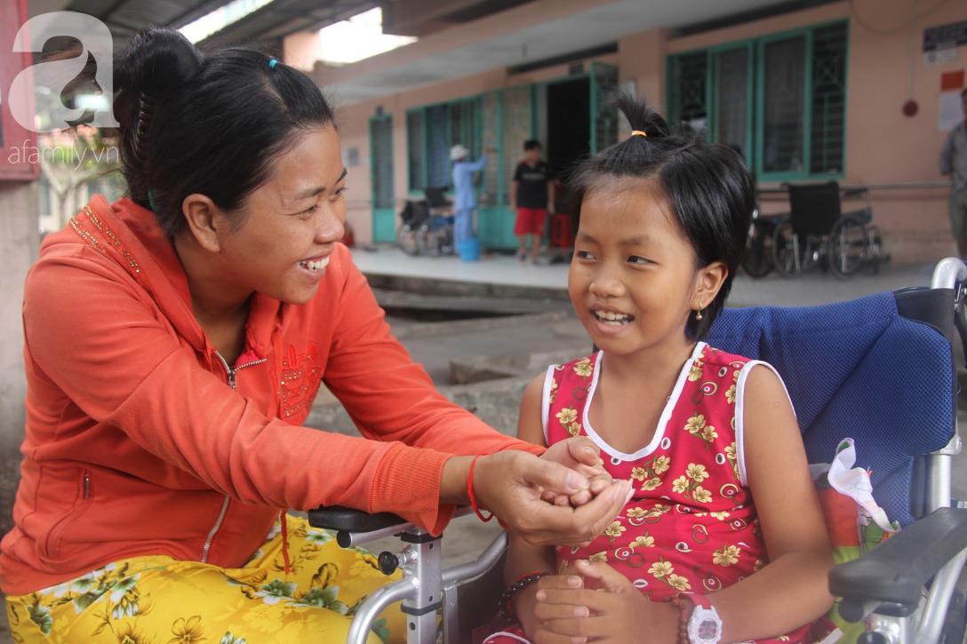 Phép màu đến với bé gái 8 tuổi bị xe tông liệt nửa người mà mẹ nghèo không có tiền cứu chữa - Ảnh 1.