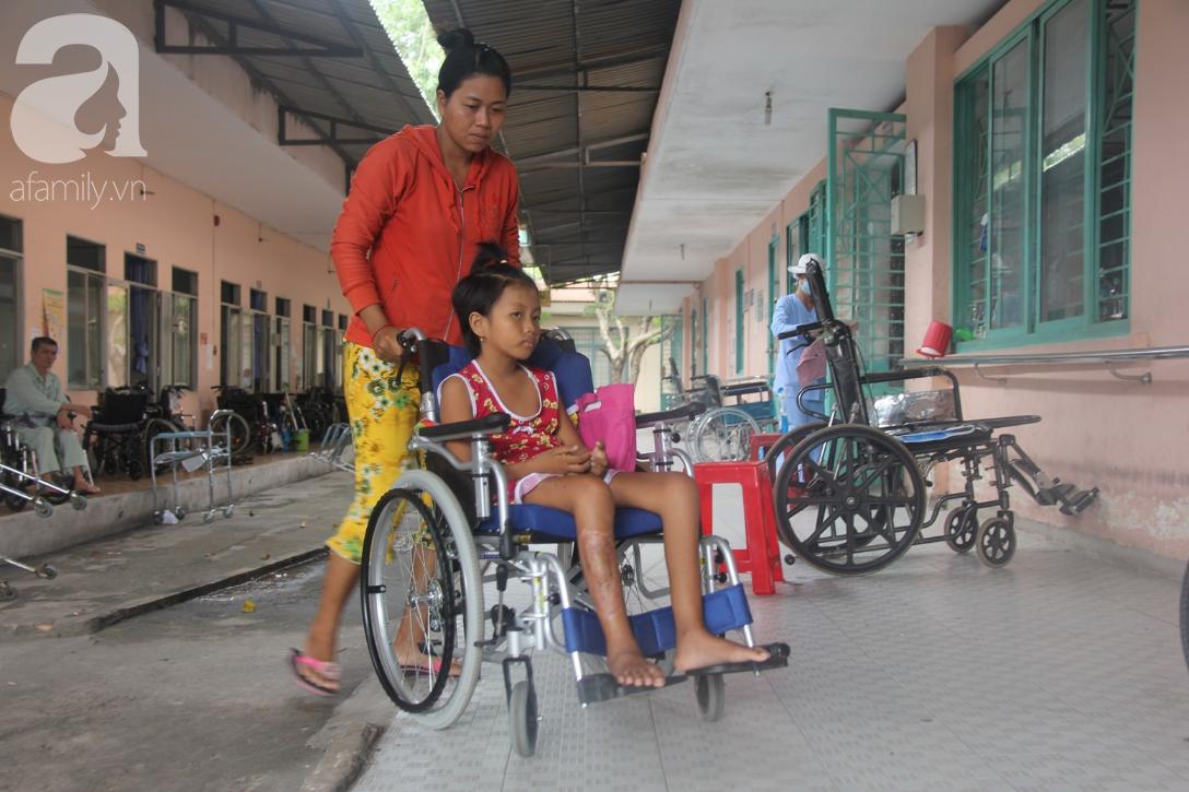 Phép màu đến với bé gái 8 tuổi bị xe tông liệt nửa người mà mẹ nghèo không có tiền cứu chữa - Ảnh 4.