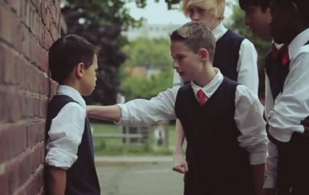 4 nguyên tắc vàng của phụ huynh thông thái khi con bị bạn bè bắt nạt trong những ngày đầu đi học - Ảnh 1.