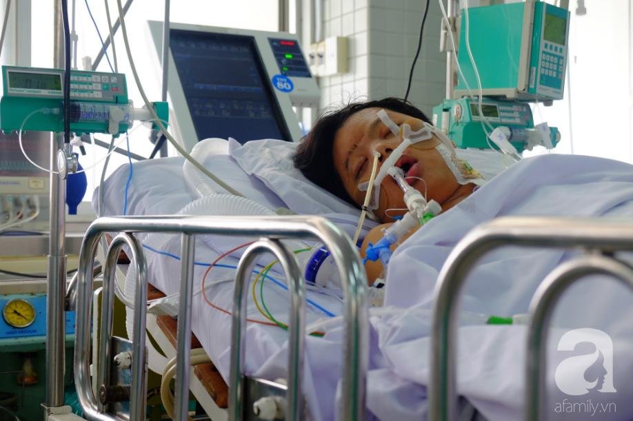 Người mẹ Đồng Nai lặng lẽ chờ ngày bán nhà cứu con trai hôn mê gần 1 tháng, phổi tổn thương đến 80% sau một cơn sốt cao - Ảnh 1.