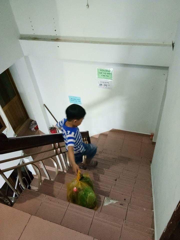 Không quát mắng hay ra lệnh, chỉ dùng chiêu thủ thỉ, mẹ 8X dạy con 6 tuổi làm việc nhà nhoay nhoáy - Ảnh 2.