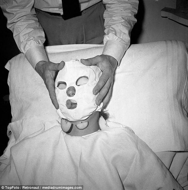 Từ thời chưa có botox, những năm 40-50 phái đẹp đã dày công làm đẹp với đủ mọi liệu trình chăm sóc da tại spa - Ảnh 15.