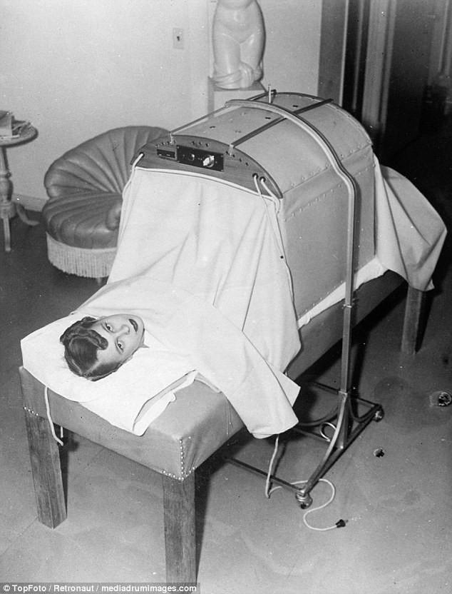 Từ thời chưa có botox, những năm 40-50 phái đẹp đã dày công làm đẹp với đủ mọi liệu trình chăm sóc da tại spa - Ảnh 2.