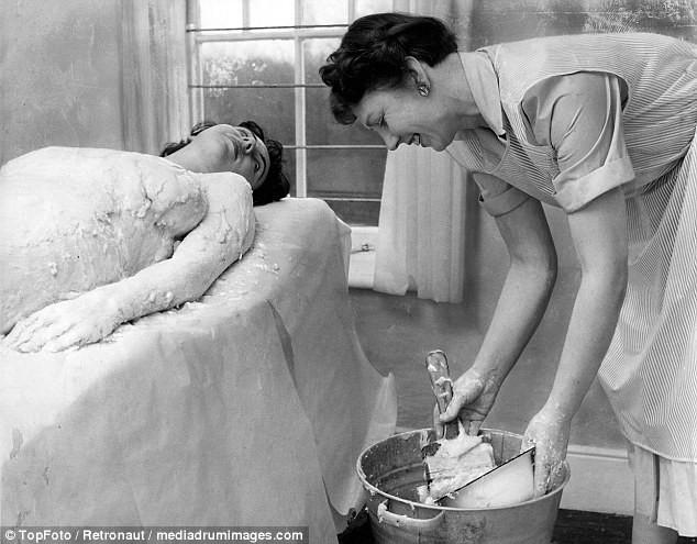 Từ thời chưa có botox, những năm 40-50 phái đẹp đã dày công làm đẹp với đủ mọi liệu trình chăm sóc da tại spa - Ảnh 4.