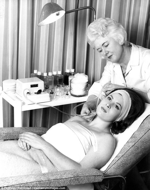 Từ thời chưa có botox, những năm 40-50 phái đẹp đã dày công làm đẹp với đủ mọi liệu trình chăm sóc da tại spa - Ảnh 9.