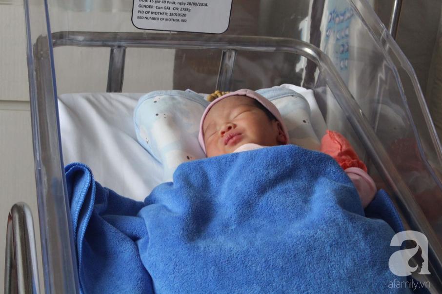 Cân não 2 tiếng thực hiện 2 cuộc phẫu thuật đưa bé gái 37,5 tuần tuổi ra khỏi bụng sản phụ bị viêm ruột thừa nguy kịch - Ảnh 3.