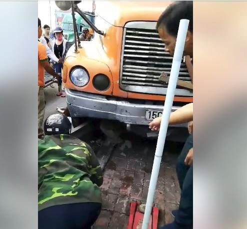 Tai nạn kinh hoàng ở Hải Phòng: Nạn nhân thoi thóp dưới bánh xe, người dân tìm cách cứu - Ảnh 2.