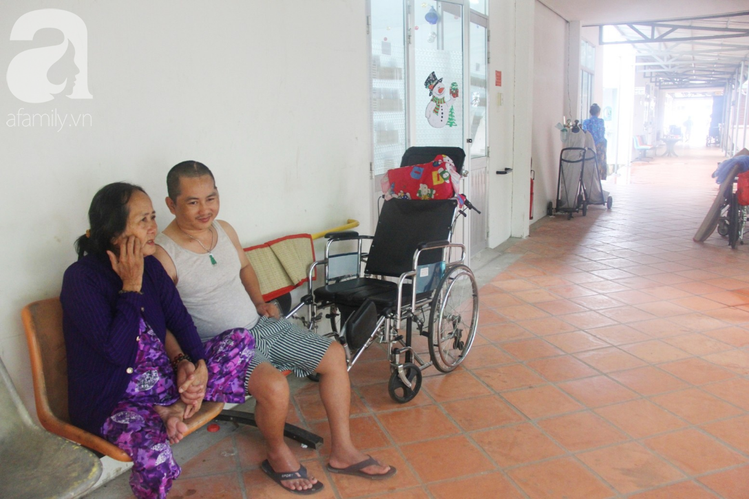 Xót cảnh người mẹ già còng lưng, dìu đứa con trai méo đầu đến bệnh viện mà không đủ tiền để chữa trị - Ảnh 1.