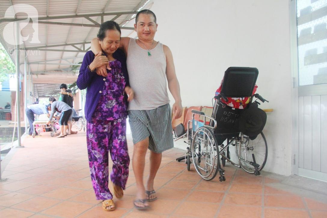 Xót cảnh người mẹ già còng lưng, dìu đứa con trai méo đầu đến bệnh viện mà không đủ tiền để chữa trị - Ảnh 7.