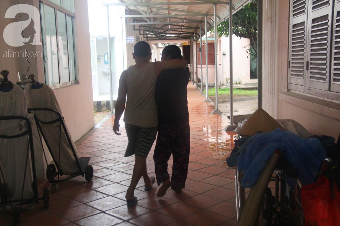Xót cảnh người mẹ già còng lưng, dìu đứa con trai méo đầu đến bệnh viện mà không đủ tiền để chữa trị - Ảnh 16.
