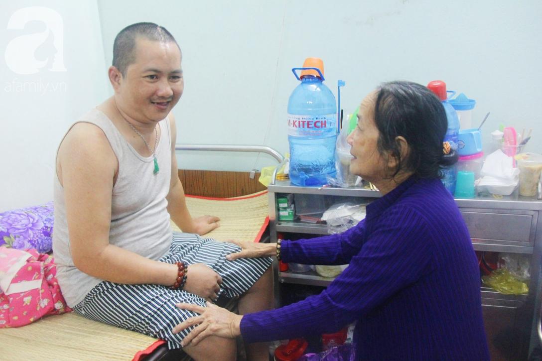 Xót cảnh người mẹ già còng lưng, dìu đứa con trai méo đầu đến bệnh viện mà không đủ tiền để chữa trị - Ảnh 9.