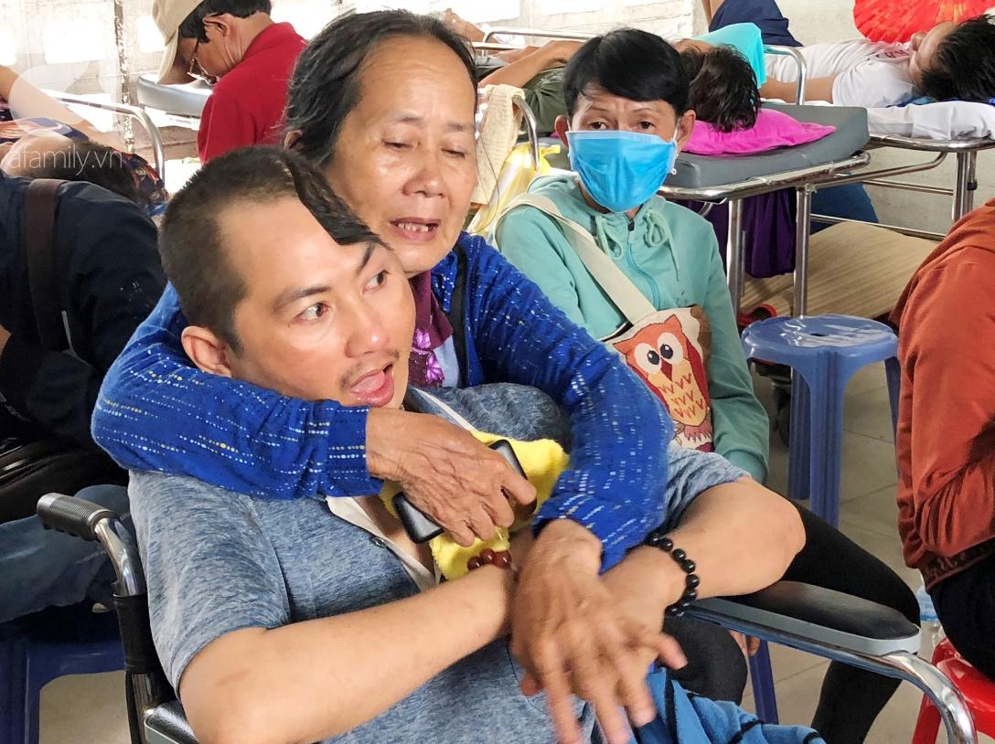 Xót cảnh người mẹ già còng lưng, dìu đứa con trai méo đầu đến bệnh viện mà không đủ tiền để chữa trị - Ảnh 3.