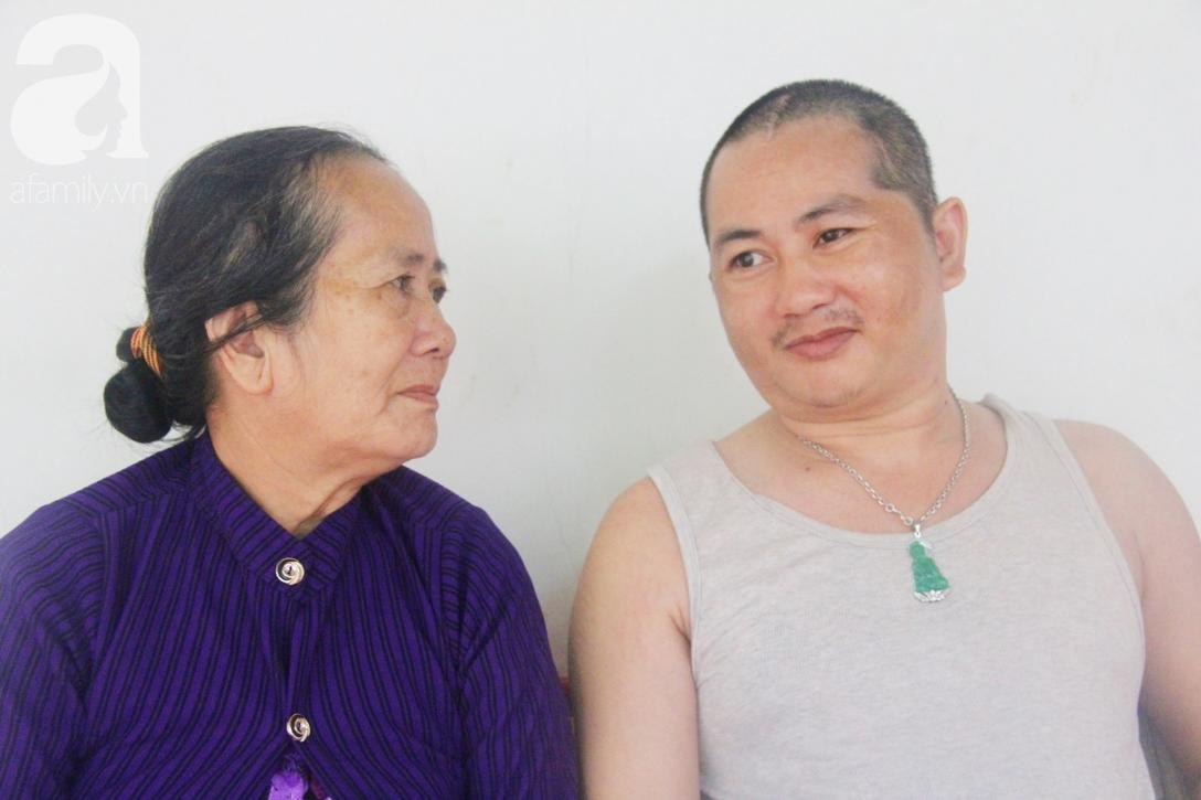 Xót cảnh người mẹ già còng lưng, dìu đứa con trai méo đầu đến bệnh viện mà không đủ tiền để chữa trị - Ảnh 11.