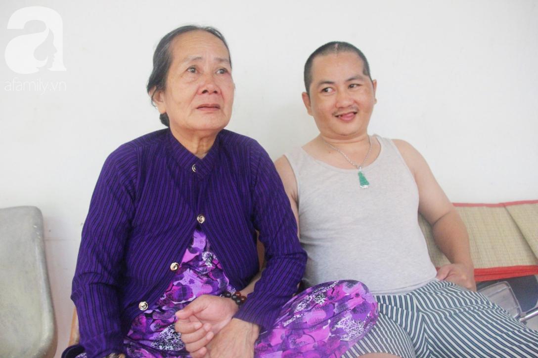 Xót cảnh người mẹ già còng lưng, dìu đứa con trai méo đầu đến bệnh viện mà không đủ tiền để chữa trị - Ảnh 2.