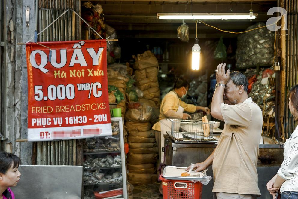 Hàng quẩy nóng dài cả gang tay, chưa dọn hàng khách đã đứng chờ mua trên phố Hàng Điếu - Ảnh 1.