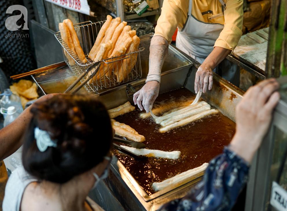 Hàng quẩy nóng dài cả gang tay, chưa dọn hàng khách đã đứng chờ mua trên phố Hàng Điếu - Ảnh 6.